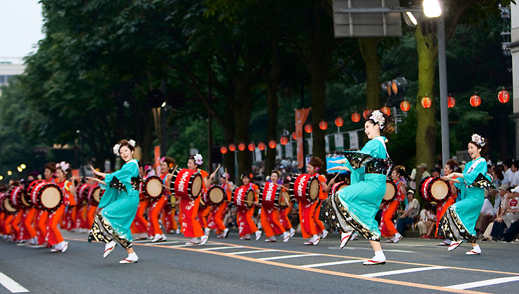 Miss Sansa and Miss Taiko lead the parade with their graceful dance.